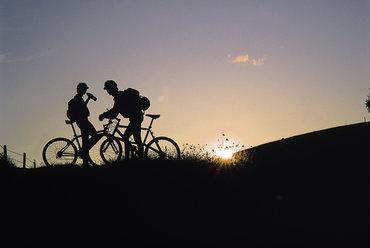 Radfahrerer bei Gegenlicht